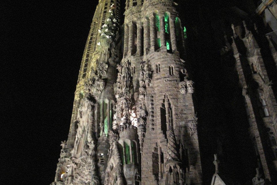 sagrada-familia-at-night-962x644